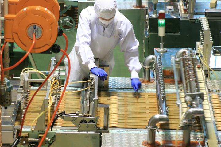 石屋製菓「白い恋人パーク」の「ファクトリーウォーク」では、「白い恋人」の製造ラインを見学できる(北海道札幌市 ).JPG