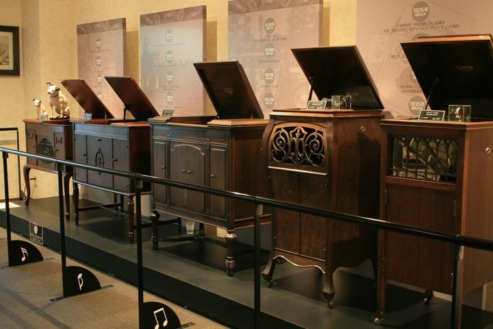 石屋製菓「白い恋人パーク」(ダクトリーウォーク」の終点付近には、歴史を感じさせる蓄音器の数々も(北海道 札幌市).JPG