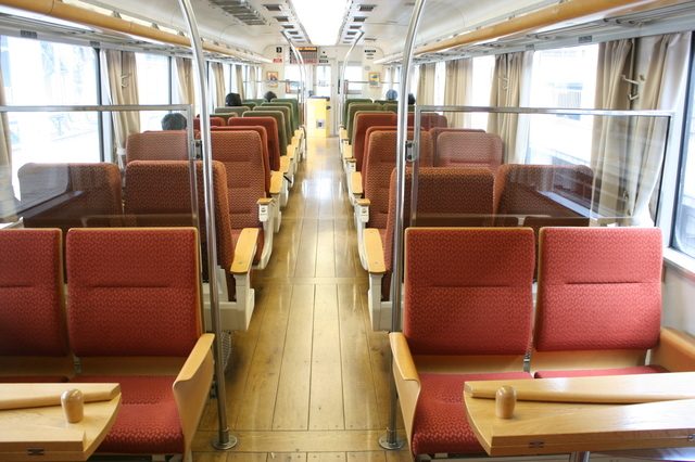 IMG_2926▲明るい色調にまとめられた富山地鉄の観光列車「アルプスエクスプレス」(16010形電車)の車内(1号車).JPG