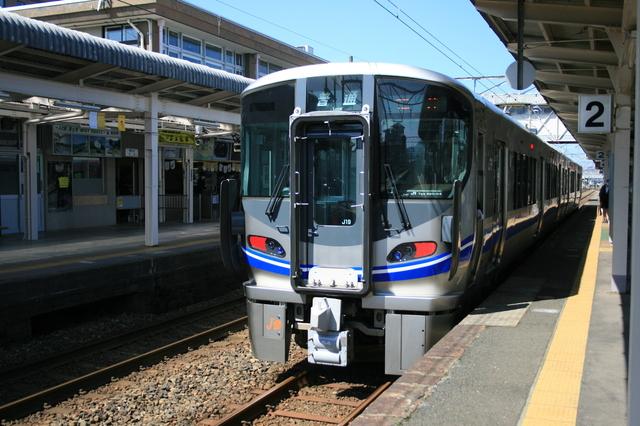 IMG_2971JR敦賀駅に停車する福井行普通列車(521系電車).JPG