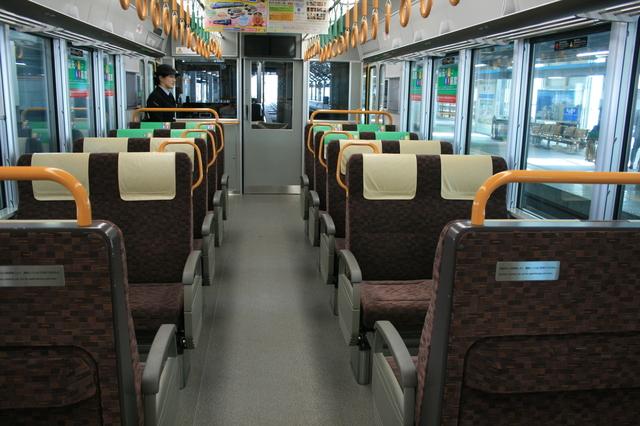 IMG_299北陸本線を走る福井駅普通列車(521系電車)の座席は転換式クロスシートがベース9.JPG