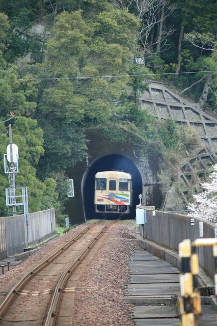 IMG_32宍喰駅〜甲浦駅(阿佐海岸鉄道)には山が連なる74.JPG