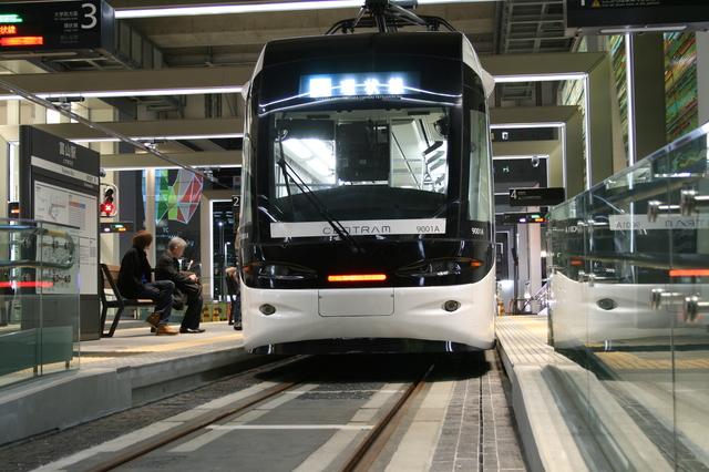 IMG_3654富山駅電停に停車するセントラム(環状線)富山地方鉄道9000系電車.JPG