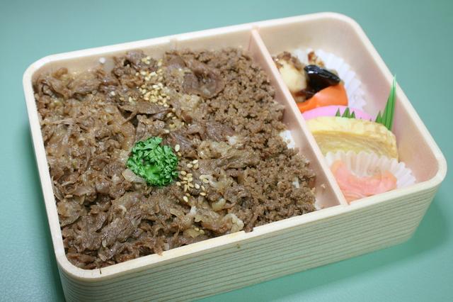 IMG_375米沢駅の名物駅弁「牛肉どまん中」 6.JPG