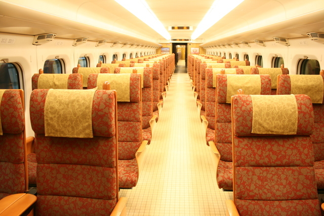 IMG_39木材や西陣織がつかわれあたたかみを感じさせる九州新幹線「つばめ」(800系車両)の座席04.JPG