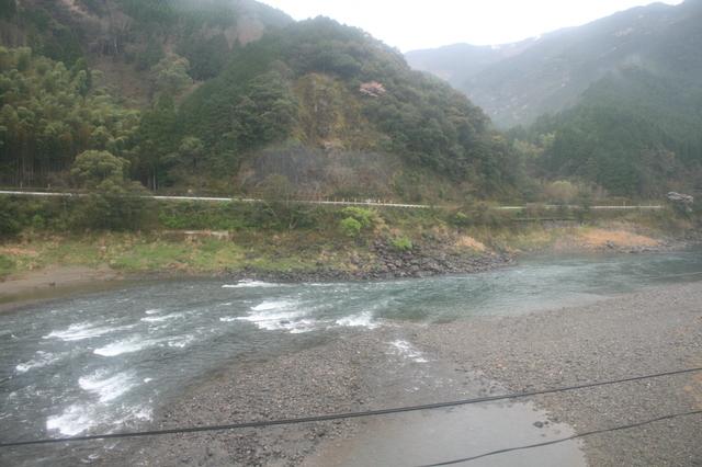 IMG_444八代〜人吉間は渓谷に流れる球磨川の流れが美しい9.JPG