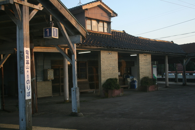 IMG_4573△駅ホームの中央部にある、かつて駅事務所などに活用されていた木造の建物.JPG