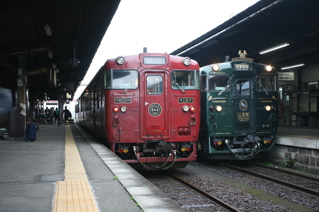 IMG_471「特急いさぶろう・しんぺい」(左)と「特急かわせみ・やませみ」(右)9.JPG