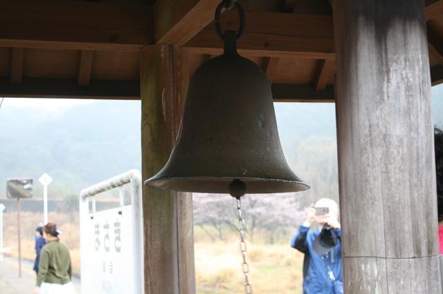 IMG_483鳴らした人に幸福が訪れるという真幸駅(まさきえき)の「幸せの鐘」5.JPG