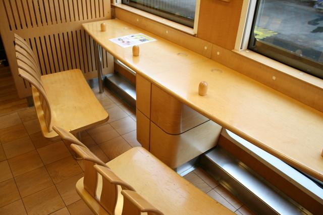 IMG_4958車内は木材が多用されたあたたかみあふれる空間 はやとの風 特急.JPG