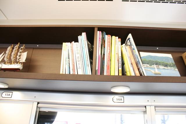 IMG_520ラマルドボアの車内に設けられた本棚9.JPG