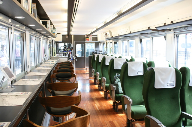 IMG_521観光列車「ラマルド瀬戸内」(ラ・マル・ド・ボァ)のグリーン車座席3.JPG