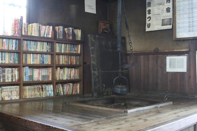 IMG_523会津鉄道「湯野上温泉駅」の待合室には昔ながらの囲炉裏がある8.JPG