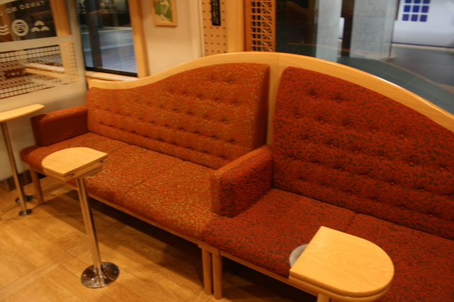 IMG_572車両の一角に設けられている特急「まいづる」「丹後の海車両」のソファー席7.JPG