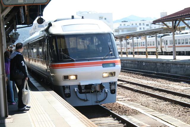 IMG_ワイドな車窓風景を楽しめる構造になっているJR東海の85系特急ワイドビューひだ号5748.JPG