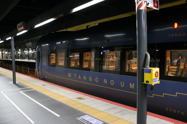 IMG_5780京都丹後鉄道(WILLER TRAINS)の「丹後の海車両」は藍色メタリックの車体が特徴.JPG