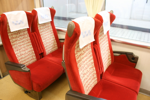 IMG_590明るいモケットが印象的な近鉄特急ビスタカーの座席9.JPG
