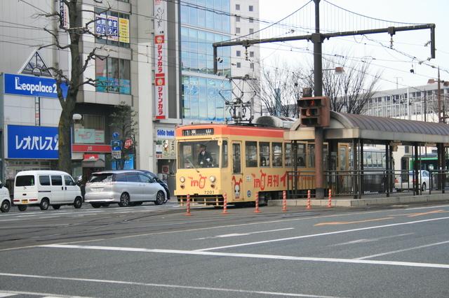 IMG_668岡山駅前電停に停車する岡山電気軌道の路面電車2.JPG
