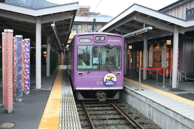 IMG_73終点の嵐山駅に到着した京福電鉄(嵐電)の電車40.JPG