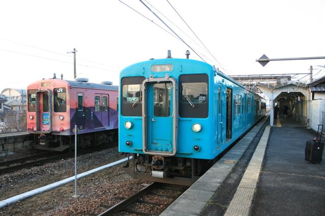 IMG_764櫟本駅に停車するJR桜井線(万葉まほろば線)の列車1.JPG