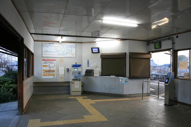 IMG_774櫟本駅(いちのもとえき)の駅構内。券売機などはICOCAのリーダーなど設置されている1.JPG