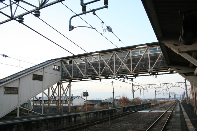 IMG_7櫟本駅(いちのもとえき)は跨線橋も開業当時の木造742.JPG