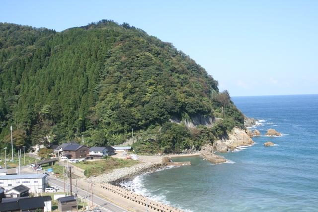 IMG_7992車窓から眺める日本海。鈍行の旅はいろいろ楽しい.JPG