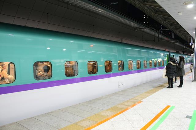 IMG_802ラベンダーやライラックなどを想起させる彩香パープルのラインが北海道新幹線の特徴8.JPG