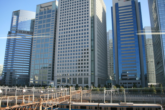 IMG_8260広く切り取られた窓には品川の高層ビル群が過ぎていく.JPG