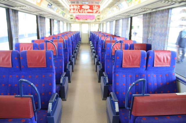 IMG_829クロスシートが並ぶ京浜急行「モーニングウイング」用の座席5.JPG