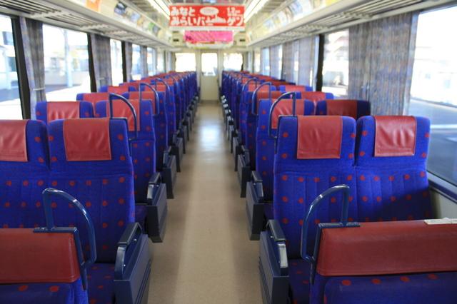IMG_8296転換式クロスシートがずらりと並ぶ、京急の快特(2100系電車)の車内.JPG