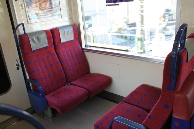IMG_8297京急の快特(2100系電車)の車端部には4人掛けのボックス席が配されている.JPG