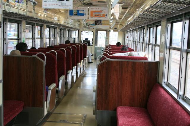 IMG_842鹿島臨海鉄道を走る車両6000系気動車は車内も赤系統の色彩に統一 7.JPG