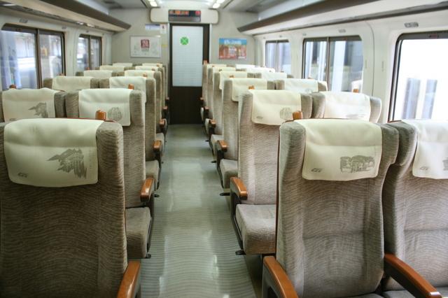 IMG特急スーパーはくと号(HOT7000系特急型気動車)のグリーン車座席_9097.JPG