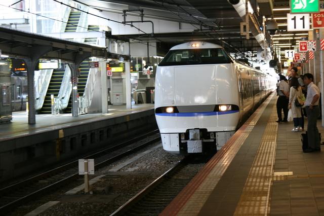 大阪駅に入線するJR西日本の特急サンダーバード号(リニューアル新型車両) IMG_9283.JPG