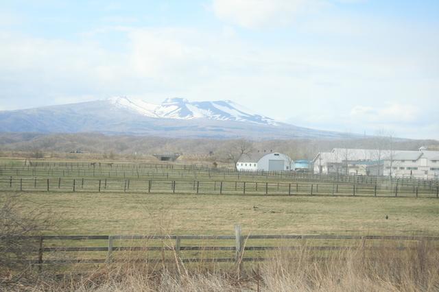 IMG_936残雪の山々や農地など、車窓には、北海道らしい風景が展開6.JPG