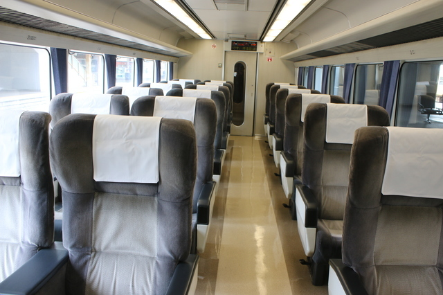 IMG_9962グリーン車指定席の大型シートが並ぶ特急南風1号車半室.JPG
