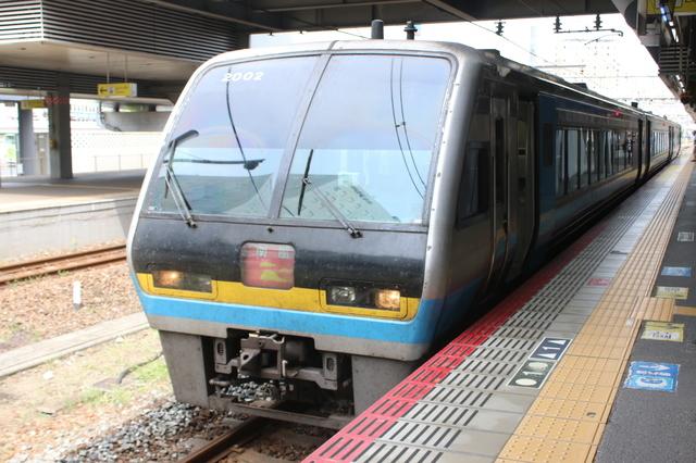 IMG_9966岡山~高知方面を結ぶJR四国(四国旅客鉄道)の特急南風2000系.JPG