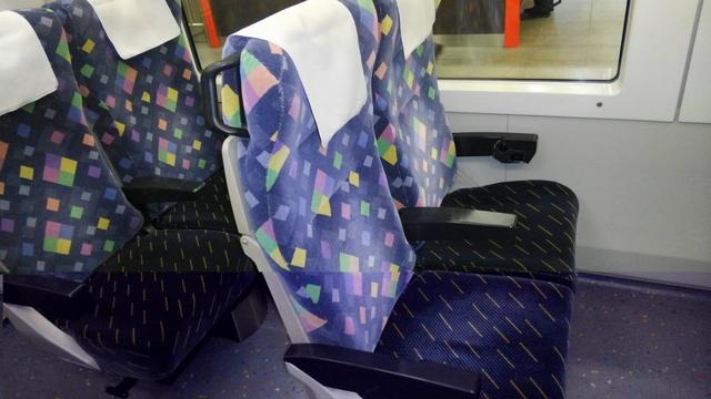KIMJR「青梅ライナー」(E257系特急型電車)普通車指定席の座席G0736.JPG