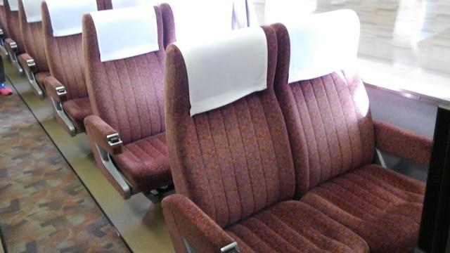 KIMG074小田急の特急ロマンスカー7000形車両(LSE)の「スーパーはこね号」の座席(赤色系統)1.JPG