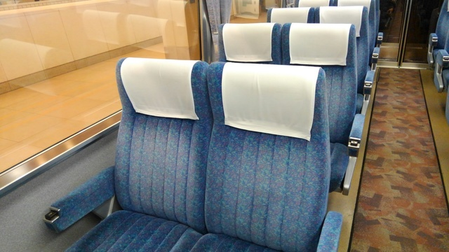KIMG07小田急の特急ロマンスカー7000形車両(LSE)の「スーパーはこね号」の座席(青色系統)44.JPG